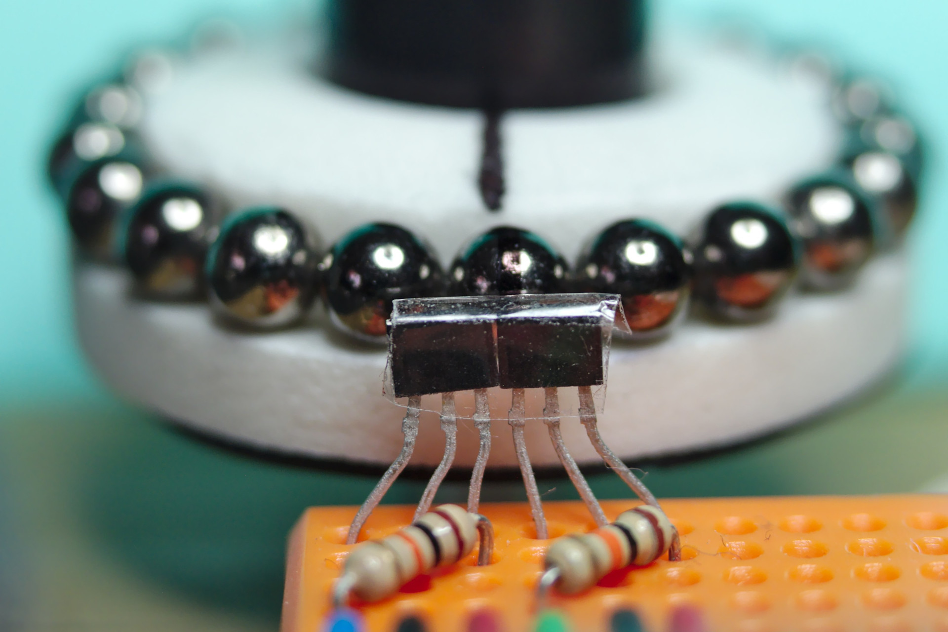 Low-cost and precise rotary encoder with magnetic spheres | en